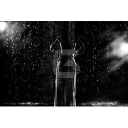 Mural en vinilo mujer bajo lluvia