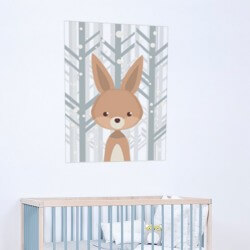Adhesivo bebé conejo en el bosque